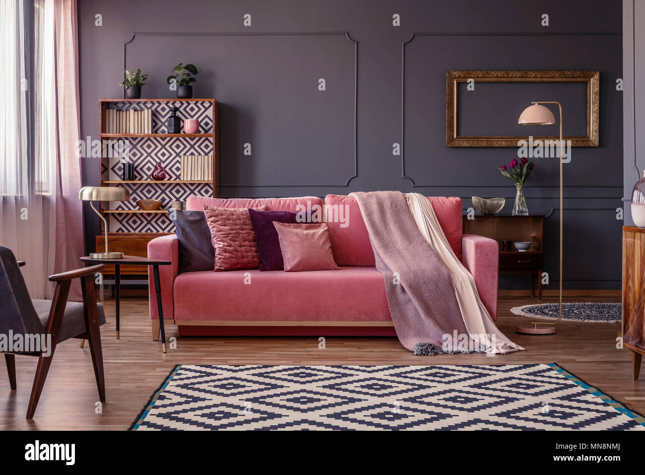 Pastell Rosa Decke Auf Ein Passendes Sofa Im Wohnzimmer Einrichtung Mit  Eleganten, Goldene Rahmen Auf Einem Dunkelgrauen Wand
