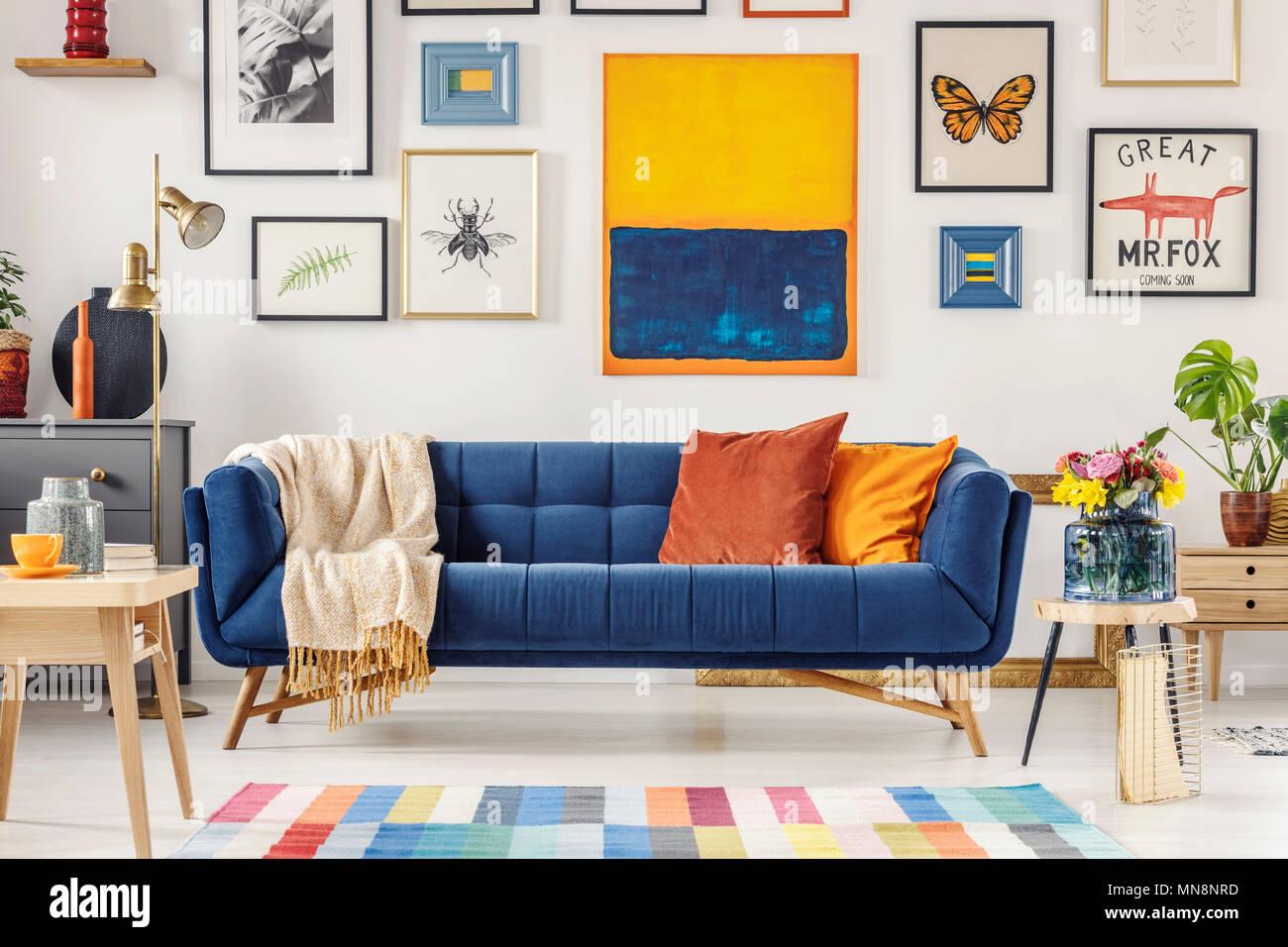 Marine Blaue Couch Mit Hellen Decke Und Zwei Kissen Stehen In Weiss