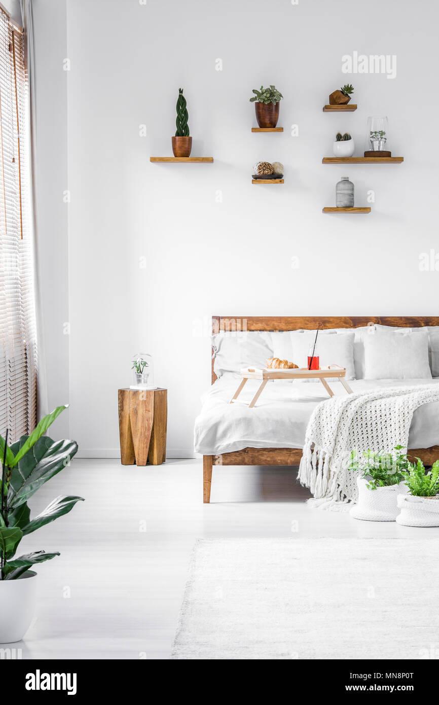 Schlafzimmer Hocker | Holz Hocker Neben Dem Bett Im Schlafzimmer Im Landhausstil Weisse