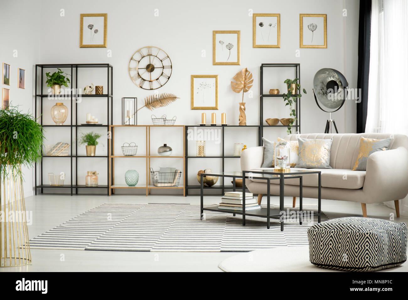 Muster Pouf Und Teppich In Weiß Wohnzimmer Einrichtung Mit Eleganten Sofa,  Metallregale Und Schwarzen Tischen