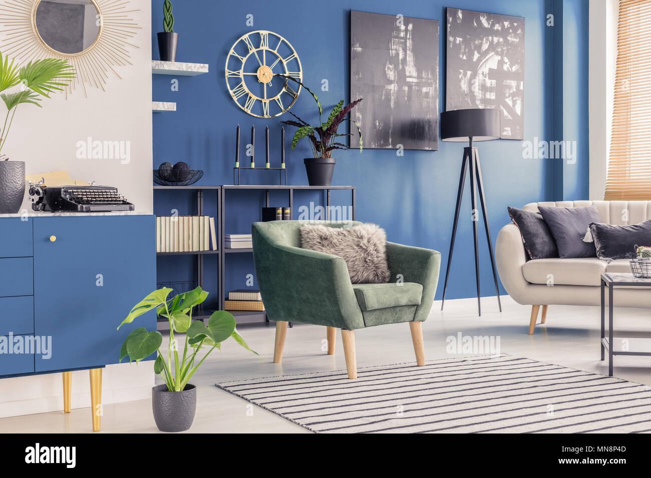 Retro Schreibmaschine und golden Wanduhr in Blau Wohnzimmer ...