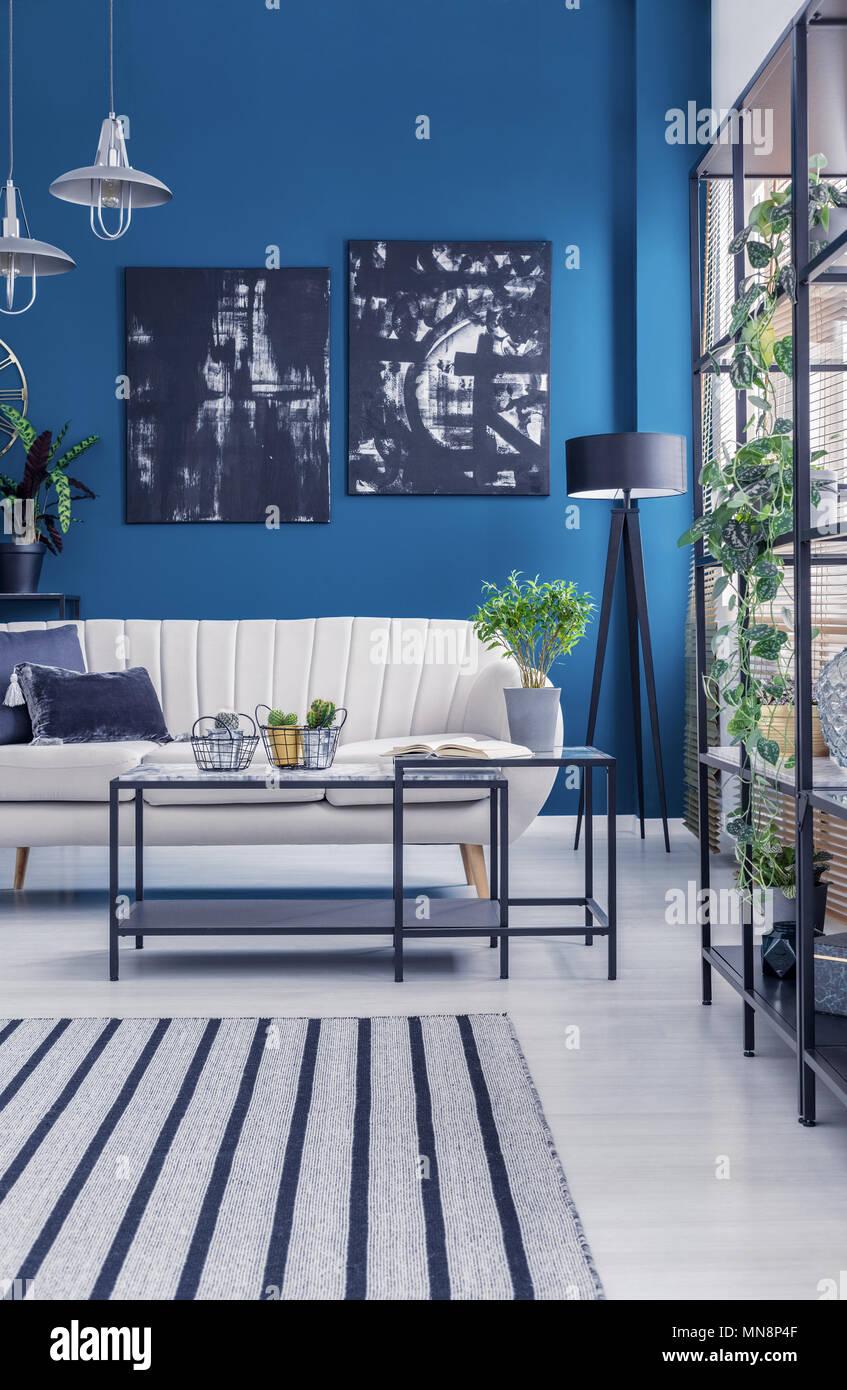 designer wohnzimmer einrichtung, schwarz industrie-racks und ein rahmen couchtisch in einem blauen, Möbel ideen