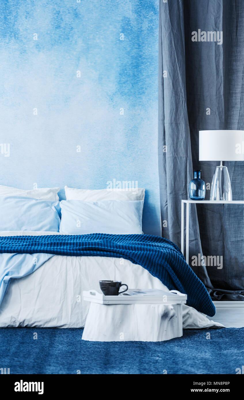 Attraktiv Blau Aquarell Farbe Auf Die Wand In Modernes Schlafzimmer Mit Einem  Doppelbett Und Grauen Vorhang