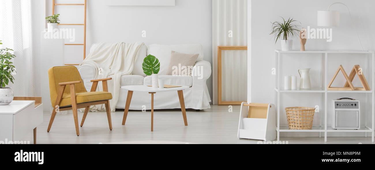 Weiße Möbel Mit Holz Elemente In Monochromatische Wohnzimmer