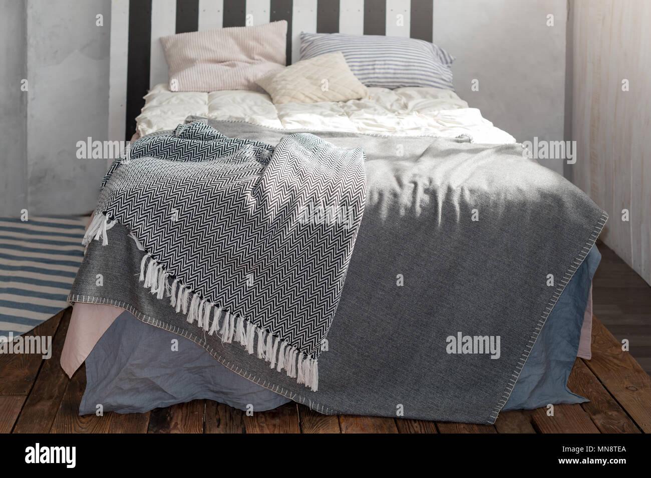 Modernes Schlafzimmer mit einfachen Möbeln, grau Bettwäsche und ...