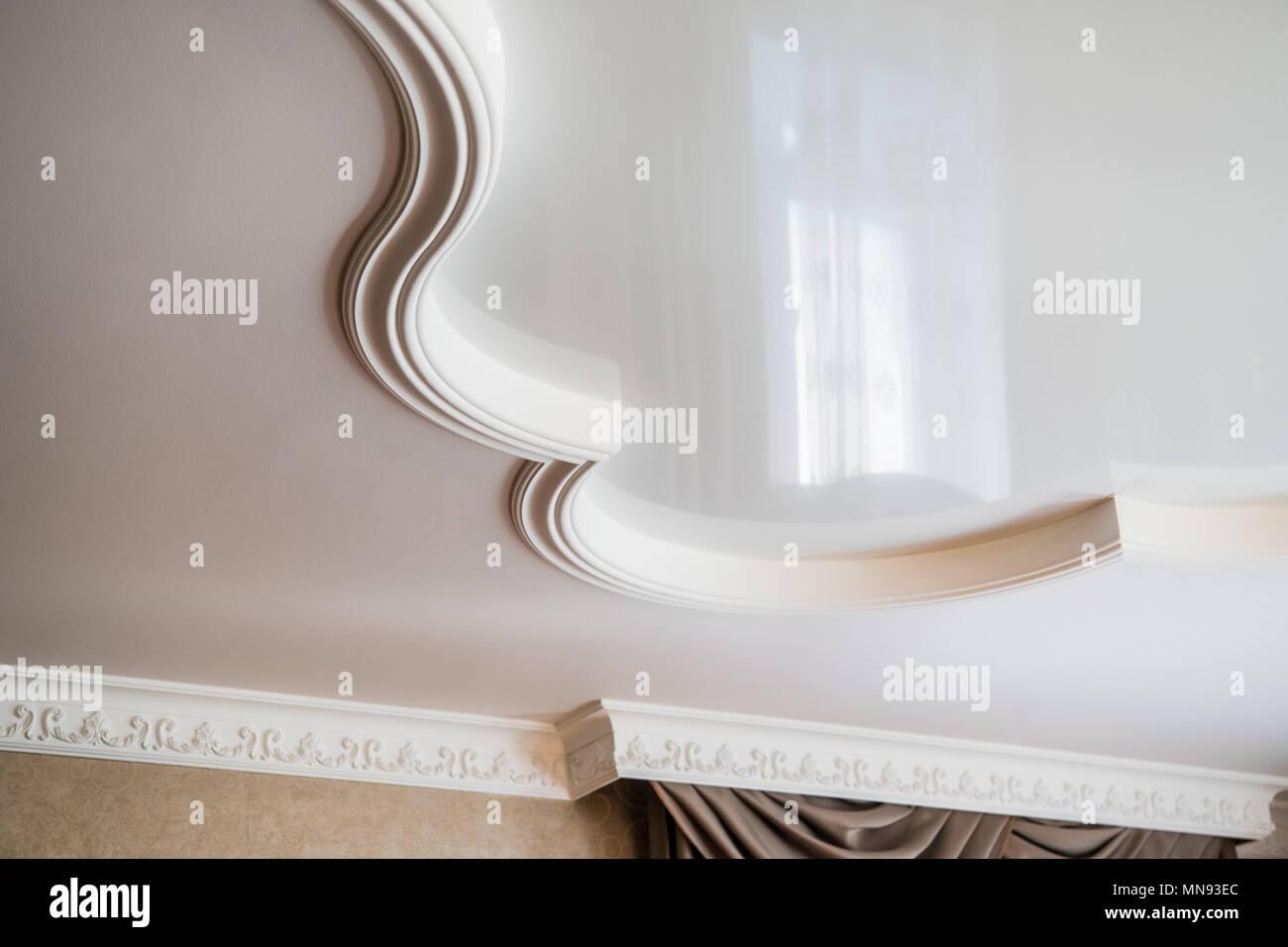 deckenmalerei ist aus weißem gips angefertigt. geprägte stuck