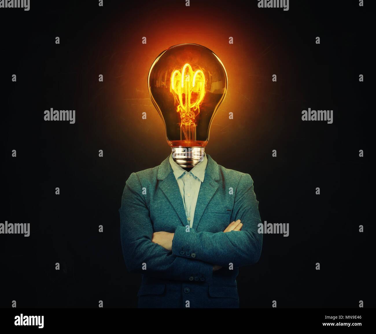 Surreale Bild als seriöser Geschäftsmann mit einer Glühbirne anstelle von seinem Kopf mit gekreuzten Händen über schwarzen Hintergrund. Geschäftsidee und Kreativität Symbol. Stockbild