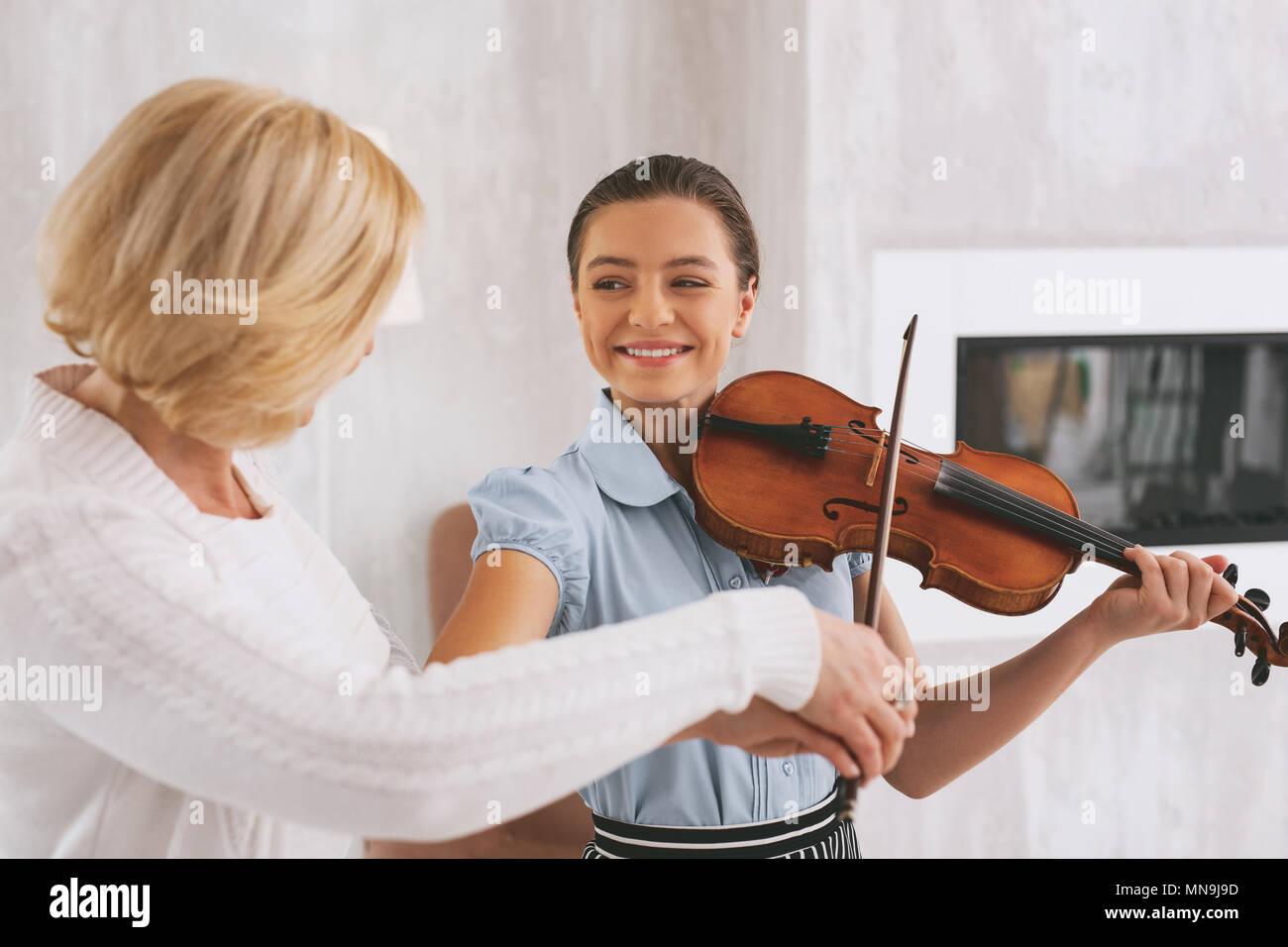 Happy brunette Mädchen wiederholen nach Tutor Stockbild