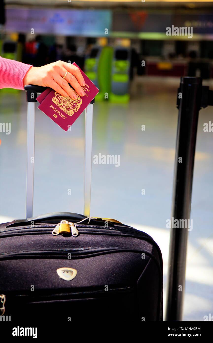 Britischen Reisepass, britischen Reisepass, UK roten Pass, britische Pässe, Reisen, Flugreisen, britischen Reisepass, Pass und Reisen Fall angebrochen, Koffer passport Stockbild