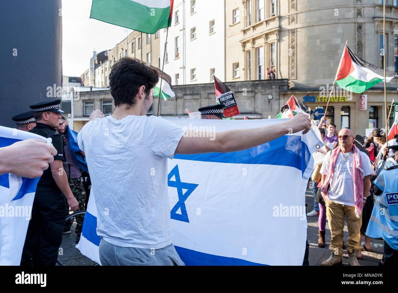 Bristol, UK. 15 Mai, 2018. Eine kleine Gruppe von pro-israel Unterstützer der israelischen Flagge abgebildet, wie Sie Pro-Palestinian Demonstranten, die in einem Protestzug durch Bristol ihre Solidarität mit dem palästinensischen Volk zu zeigen. Der Demonstrationszug und Kundgebung statt, die es den Menschen ermöglichen, ihre Unterstützung und Solidarität mit dem palästinensischen Volk zu zeigen, nach 70 Jahren der Nakba und Protest über die jüngsten Aktionen Israels in Gaza Credit: lynchpics/Alamy leben Nachrichten Stockbild
