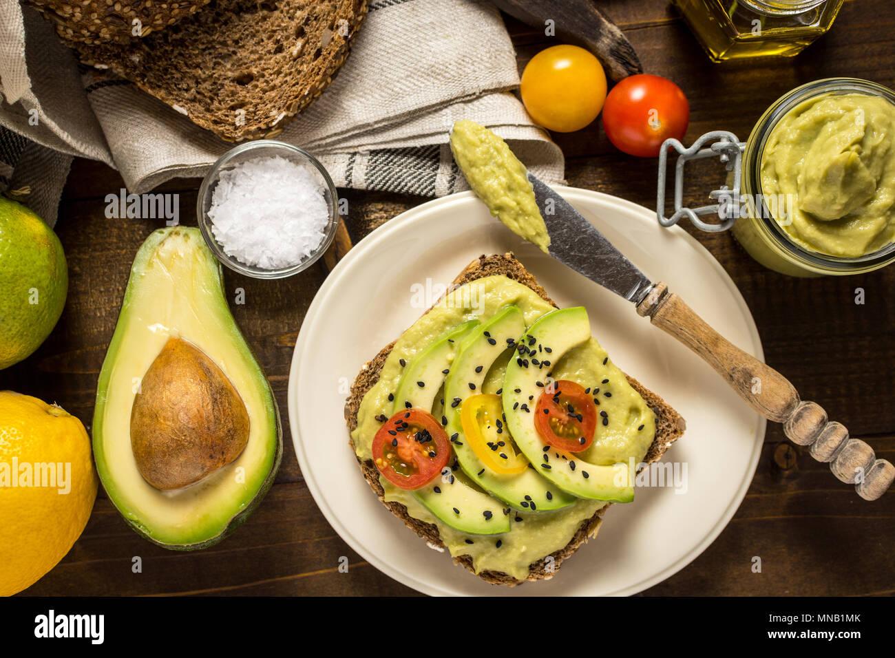 Verbreiten Frischen Avocado Guacamole Und Scheiben Mit Cherry