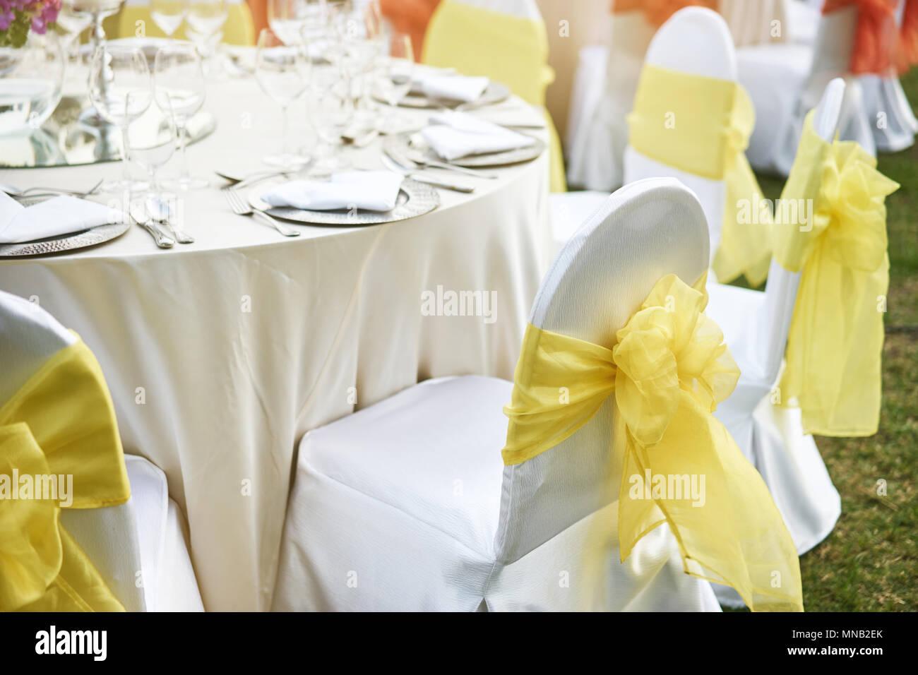 Die Hochzeitsfeier Essen Mit Elasthan Weissen Stuhlen Mit Gelb