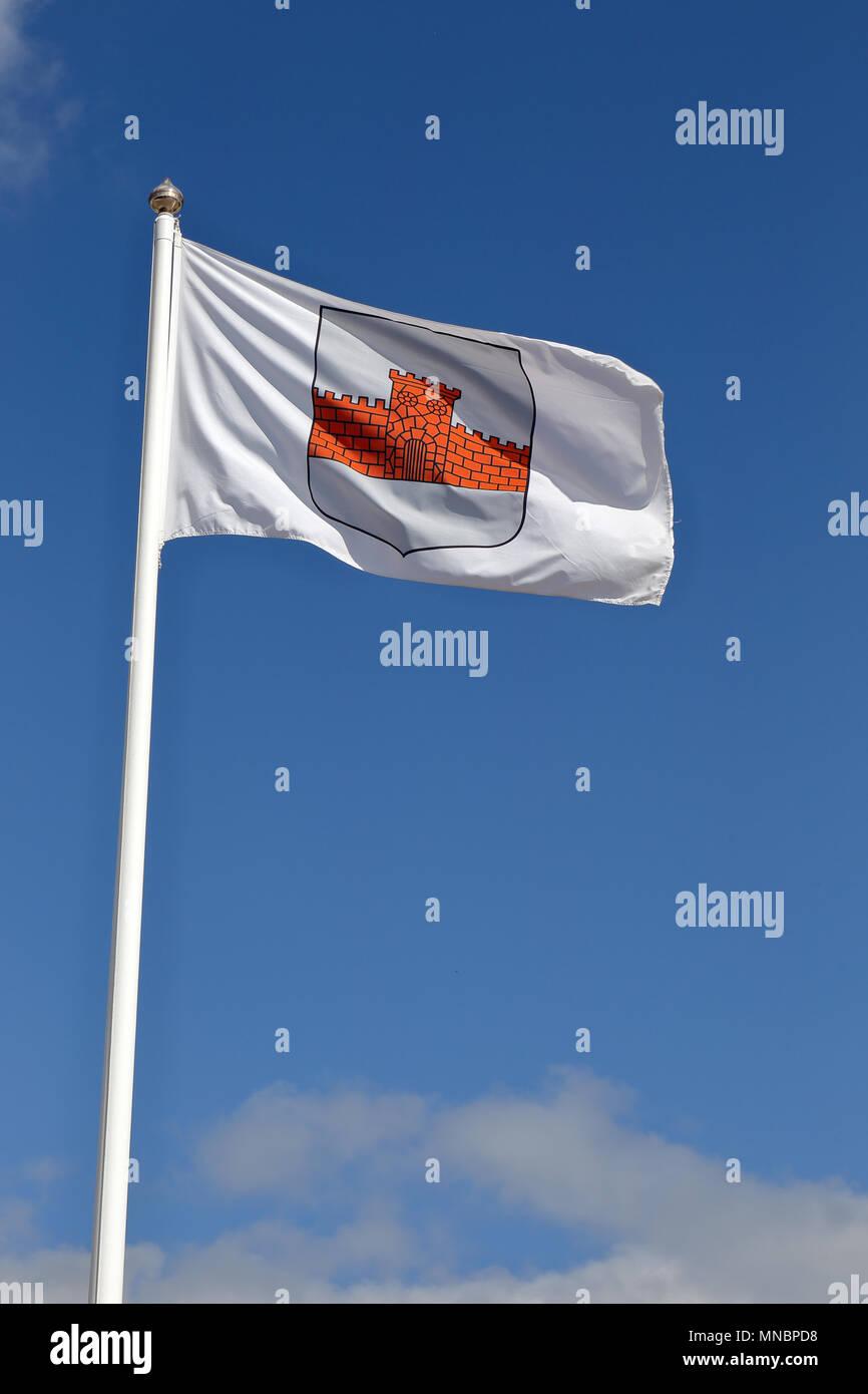 Boden, Schweden - 13. Juli 2015: Die Flagge mit dem Wappen für die Gemeinde Boden auf Flag pole gegen den blauen Himmel gehoben. Stockbild