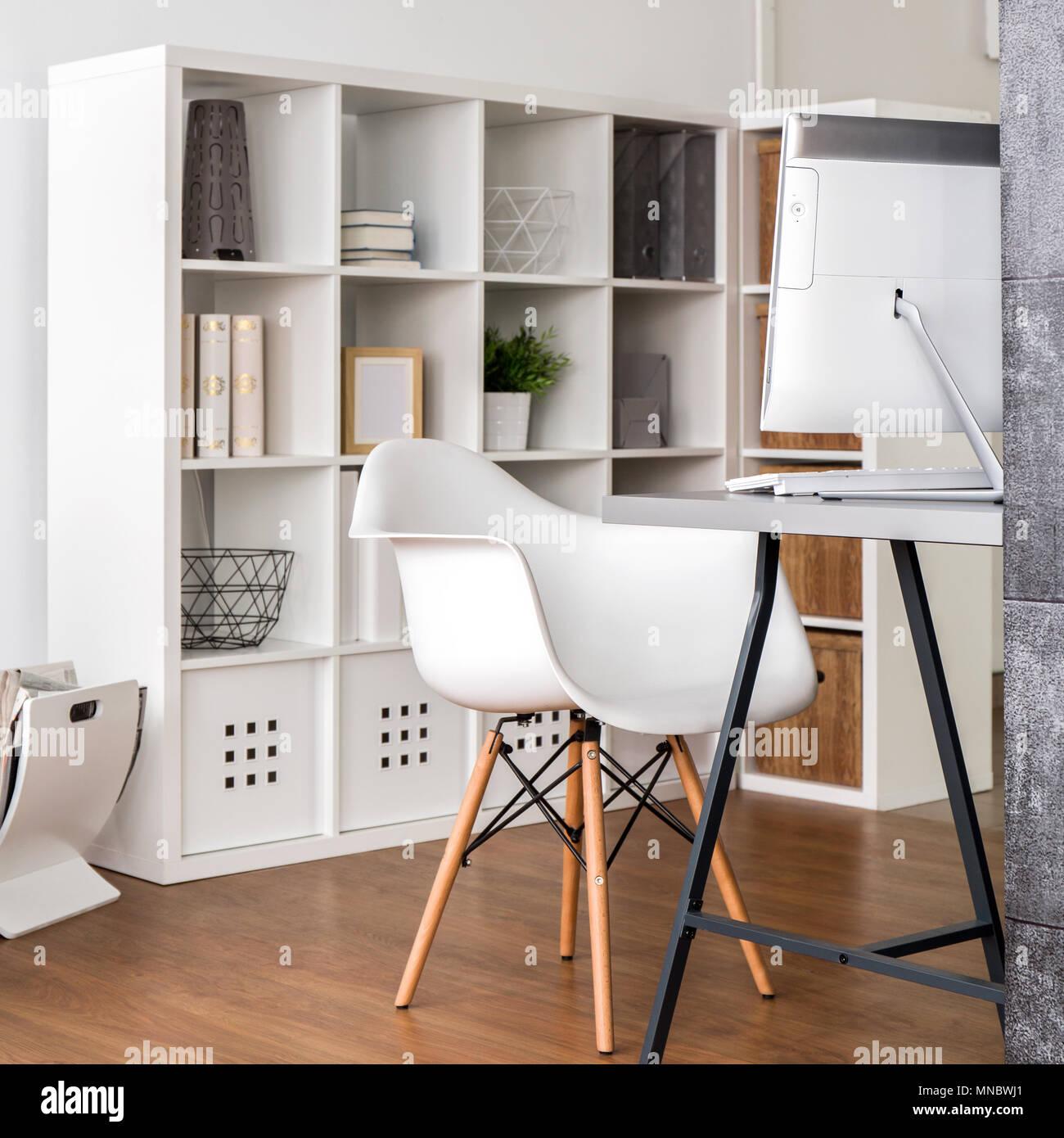 Einrichtung Mit Weißen Bücherregal Schreibtisch Stuhl Und