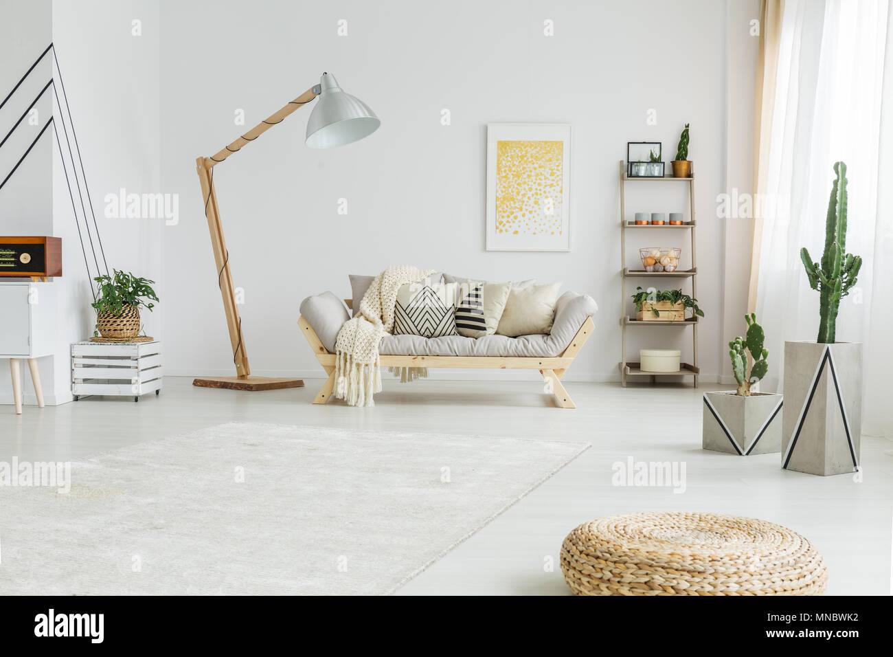 Frische grüne Pflanzen in Weiß modernes Wohnzimmer Stockfoto, Bild ...