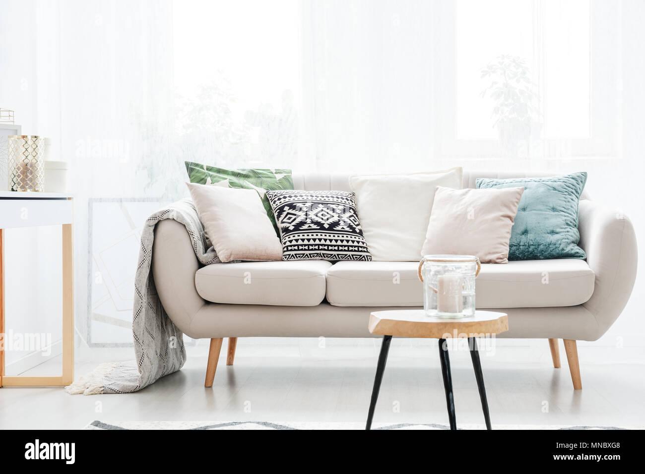 Pleasant Kerze Im Glas Auf Dem Tisch Vor Beige Sofa Mit Kissen Im Bralicious Painted Fabric Chair Ideas Braliciousco