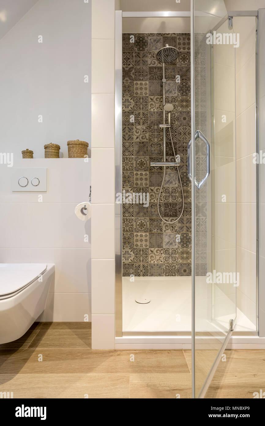 Weisses Badezimmer Mit Dusche Wc Und Holz Bodenbelage Stockfoto