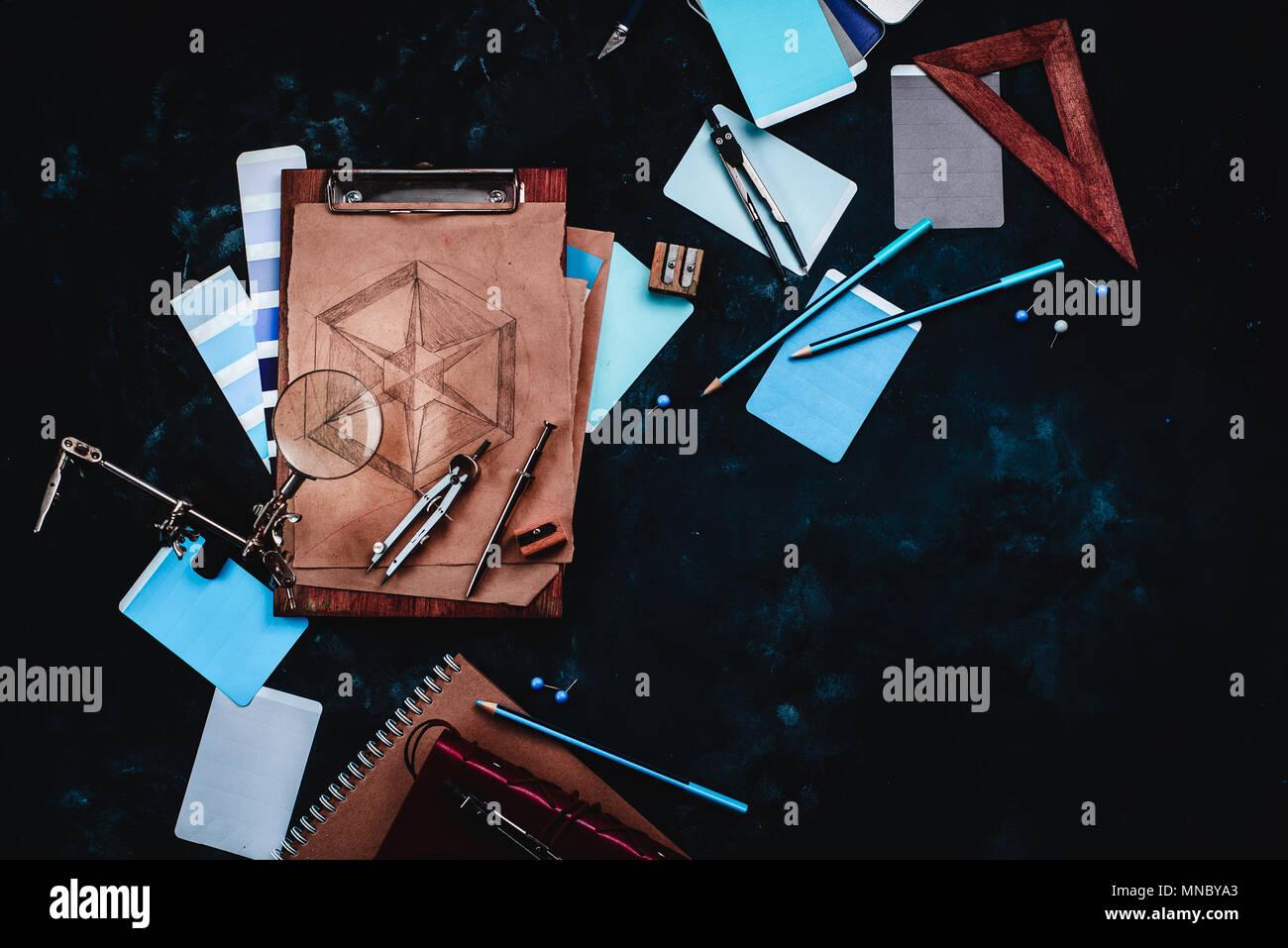 Zeichner oder Konstrukteur Arbeitsplatz mit Handwerk Papier, Skizzen, Zirkel, Lineale, Ablagen und Bleistifte auf einem dunklen Stein Hintergrund. Ansicht von oben mit der Kopie s Stockbild