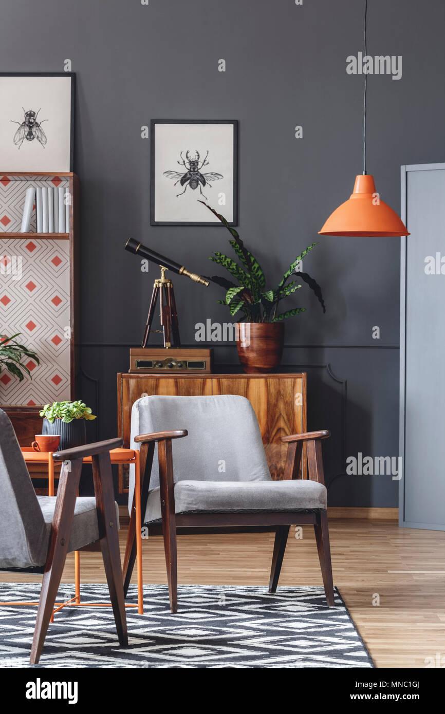 Orange Lampe oben grau Holz Sessel retro Wohnzimmer Interieur mit ...