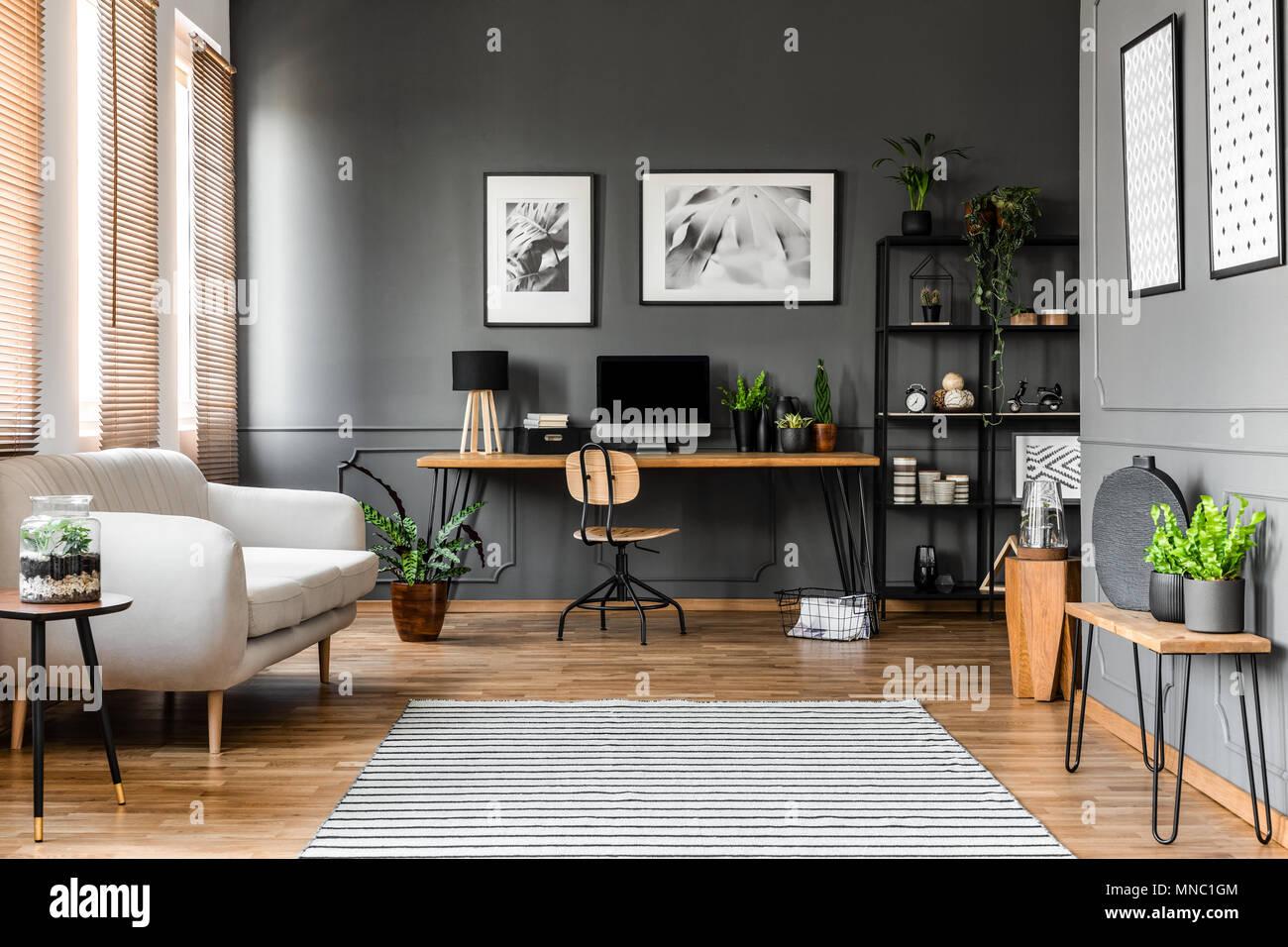 Real Photo des open space Wohnung Interieur in beige Sofa neben dem ...