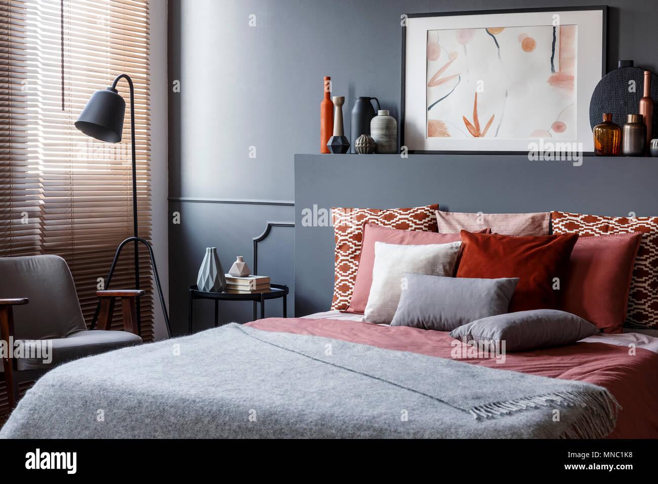 Kreative Poster Auf Schwarz Bedhead über Gemütliches Bett Mit
