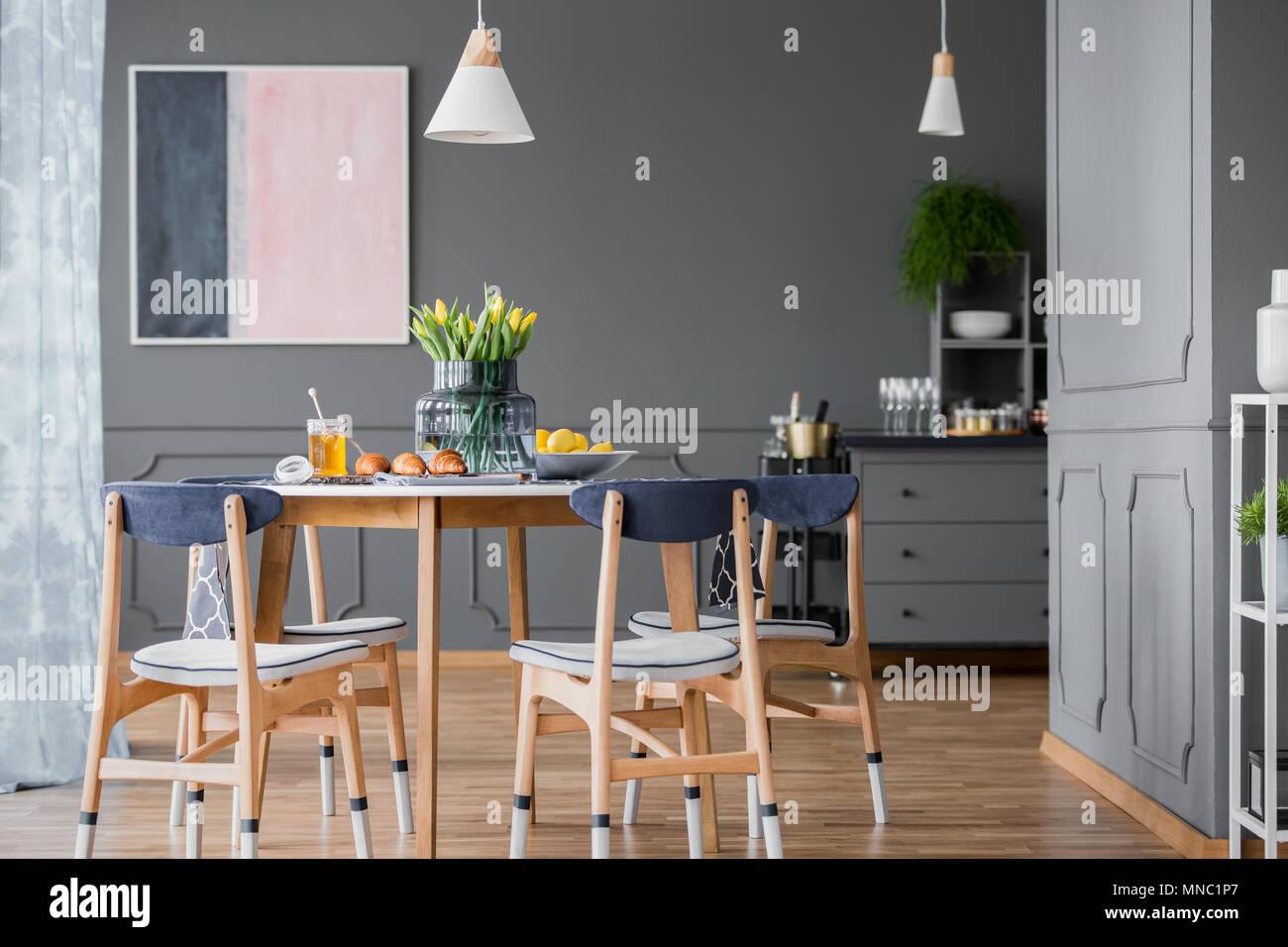 Grau Esszimmer Interieur Mit Rosa Und Blau Malerei Holz Tisch Und