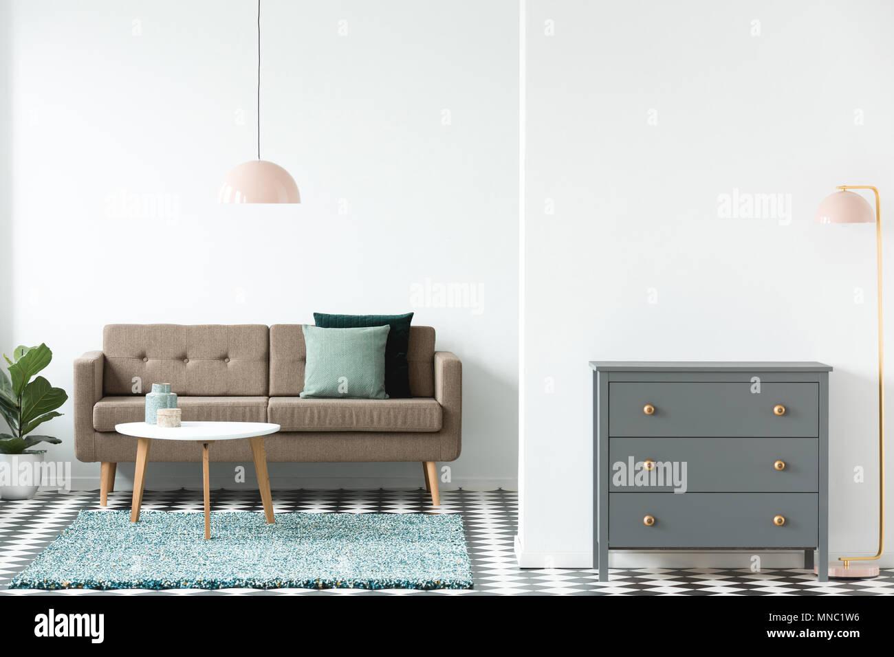 Rosa Lampe Neben Grau Gehäuse Im Retro Look Wohnzimmer Einrichtung