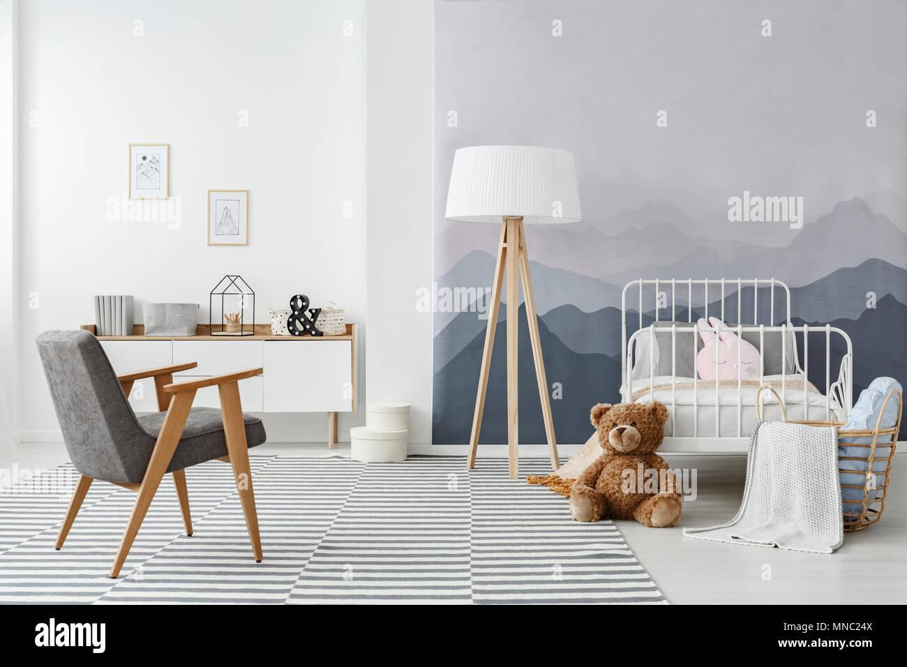 Ein Holzboden Lampe und eine moderne graue Sessel im Schlafzimmer ...