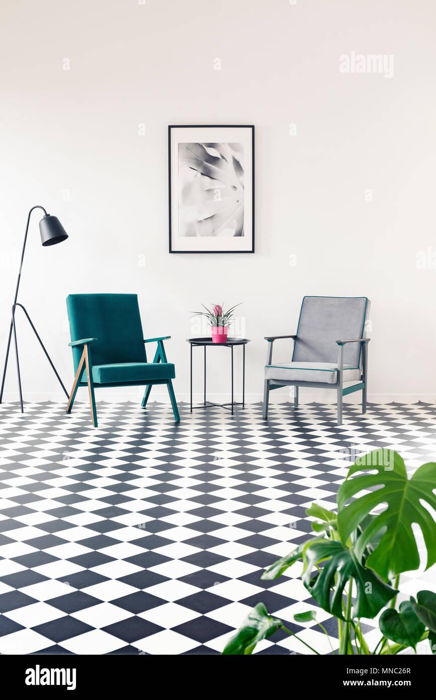 Türkis und grau Sessel auf Schachbrett Fußboden im Wohnzimmer ...