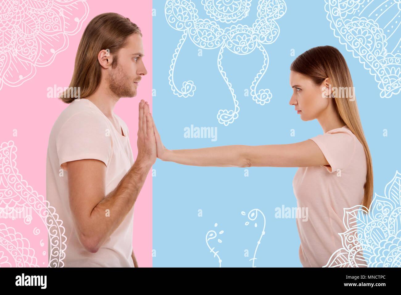 Nervöse junge Mädchen ihren Freund im Abstand halten Stockbild