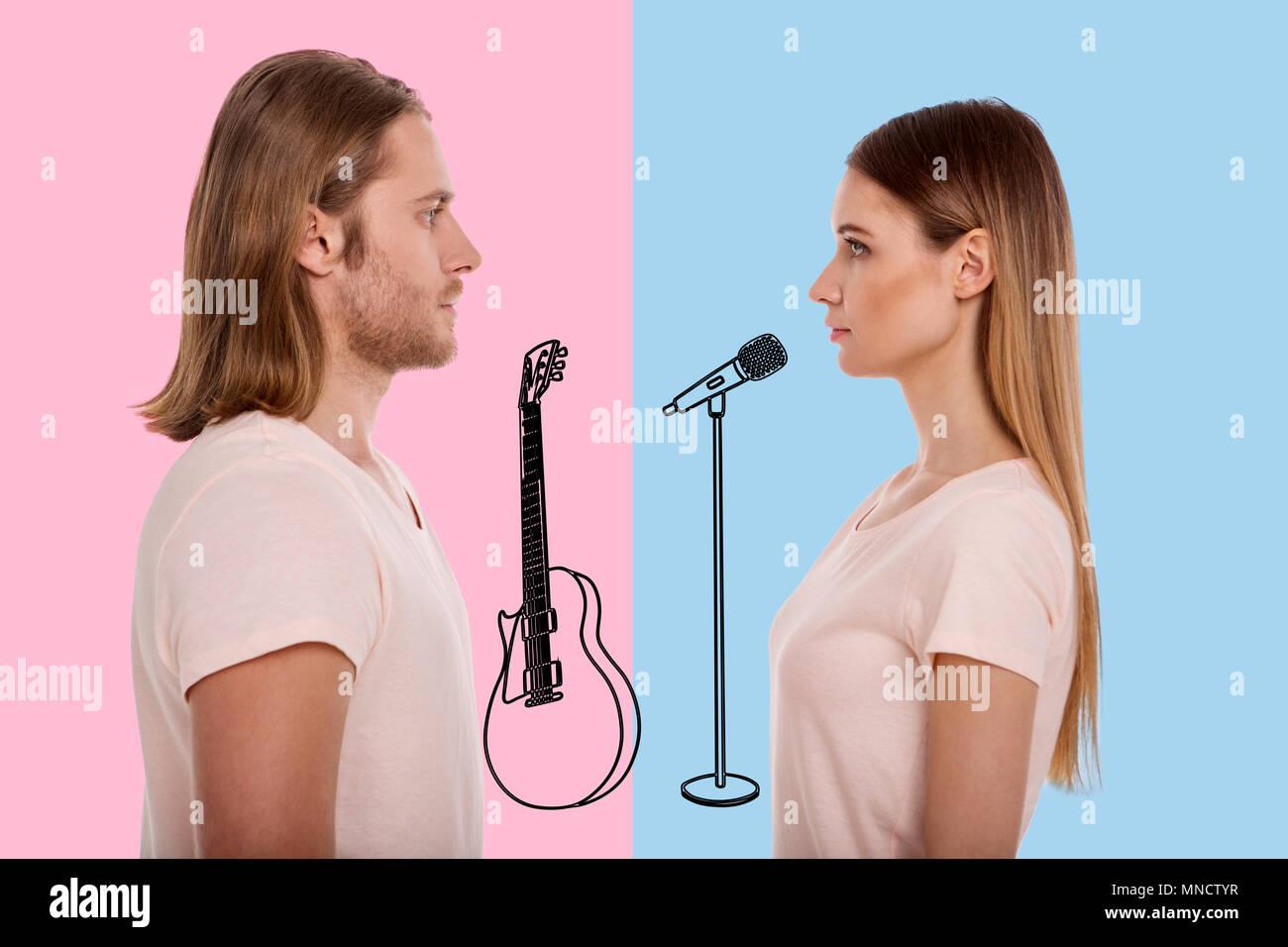 Ruhe Musiker sich einander, während auf der Bühne Stockbild