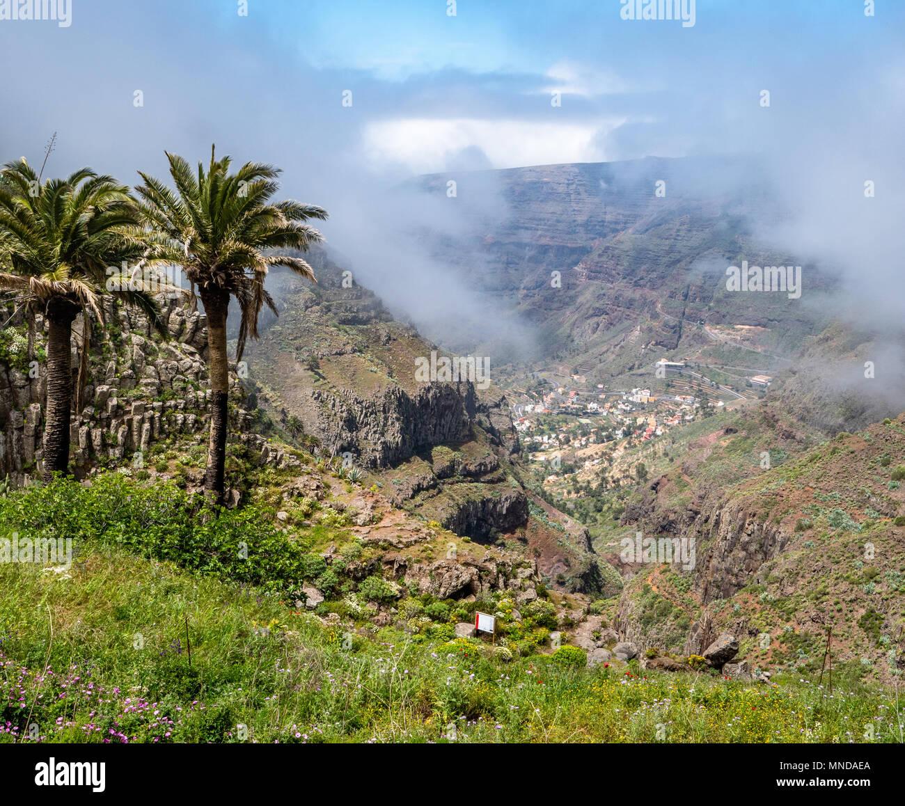 Sie suchen den Barranco del Agua in Richtung der Dörfer des Valle Gran Rey weit unten auf der Insel La Gomera auf den Kanarischen Inseln Stockfoto