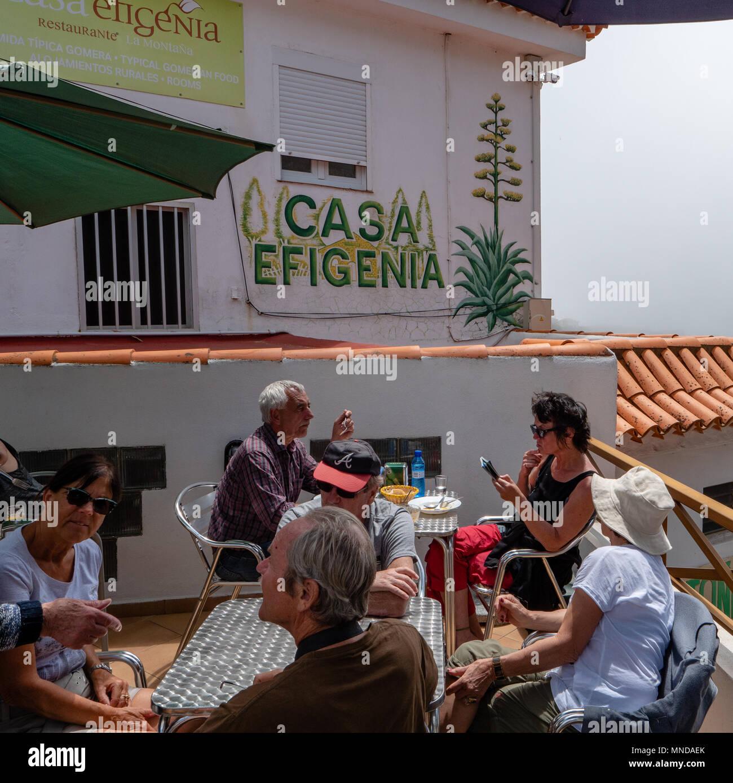 Gäste genießen Sie die sonnige Terrasse des Casa Efigenia der Welt Klasse vegetarische Restaurant in Las Hayas hoch in den Hügeln von La Gomera Kanarische Inseln Stockbild