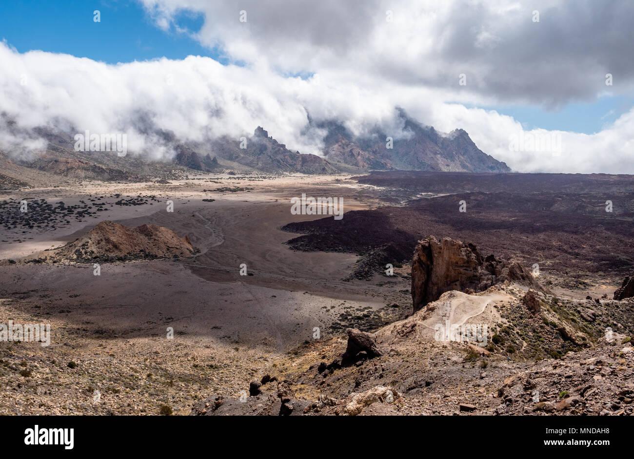 Blick von der Roques de Garcia über die Lavaströme und die Berge von Las Canadas und die Ebene der Ucanca auf den Berg Teide auf den Kanarischen Inseln Stockbild