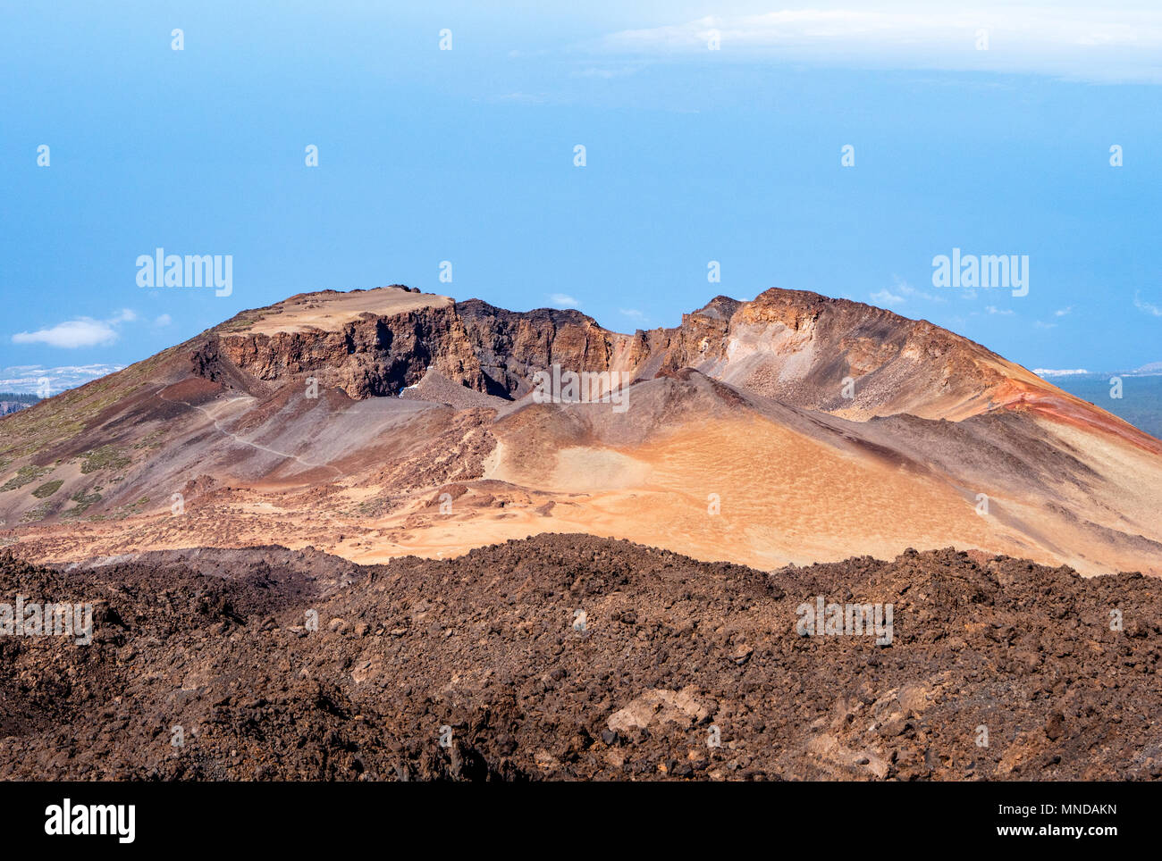 Die alten ruhenden Krater Pico Viejo und die Nasenlöcher Narices del Teide der Teide Wie vom Gipfel Mirador gesehen - den Teide Kanarische Inseln Stockbild