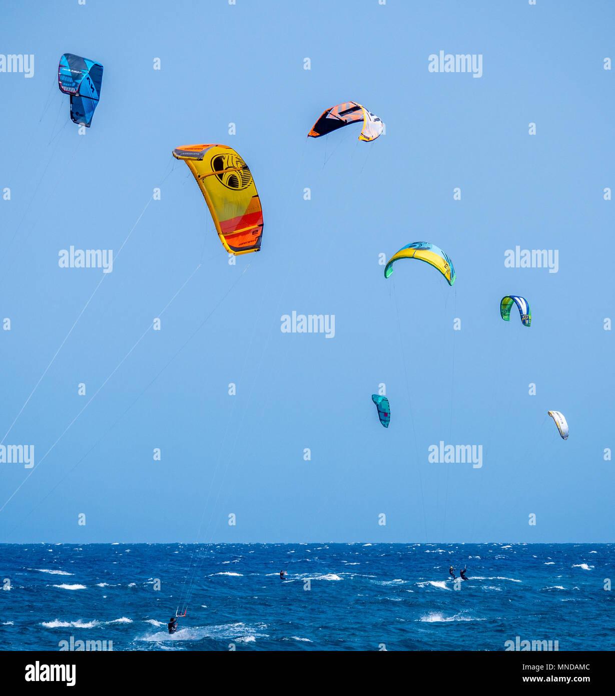 Kitesurfen am beliebten Surfstrand Playa Del Medano an der Küste im Süden von Teneriffa Kanarische InselnStockfoto