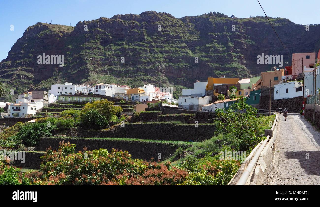 Das hübsche Dorf Agulo drastisch durch die nördliche Küste von La Gomera in einem Amphitheater von vulkanischen Klippen - Kanarische InselnStockfoto