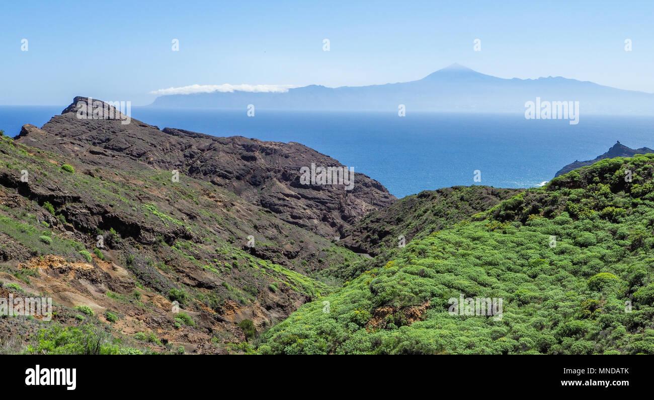 Blick aus der Nähe von Hermigua auf der Insel La Gomera auf einem aktiven Vulkan Teide auf Teneriffa auf den Kanarischen InselnStockfoto