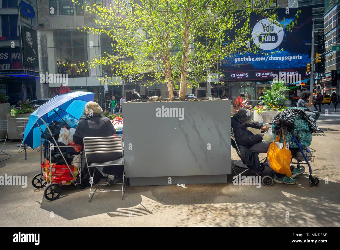 Obdachlose Personen einen Fußgänger Plaza im Garment District in Midtown Manhattan in New York am Montag, den 14. Mai 2018 Laden. (© Richard B. Levine) Stockbild