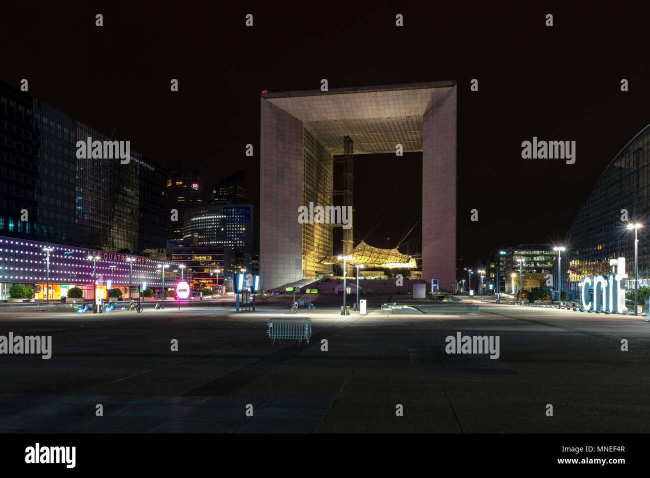 Grande Arche in der Nacht Stockfoto