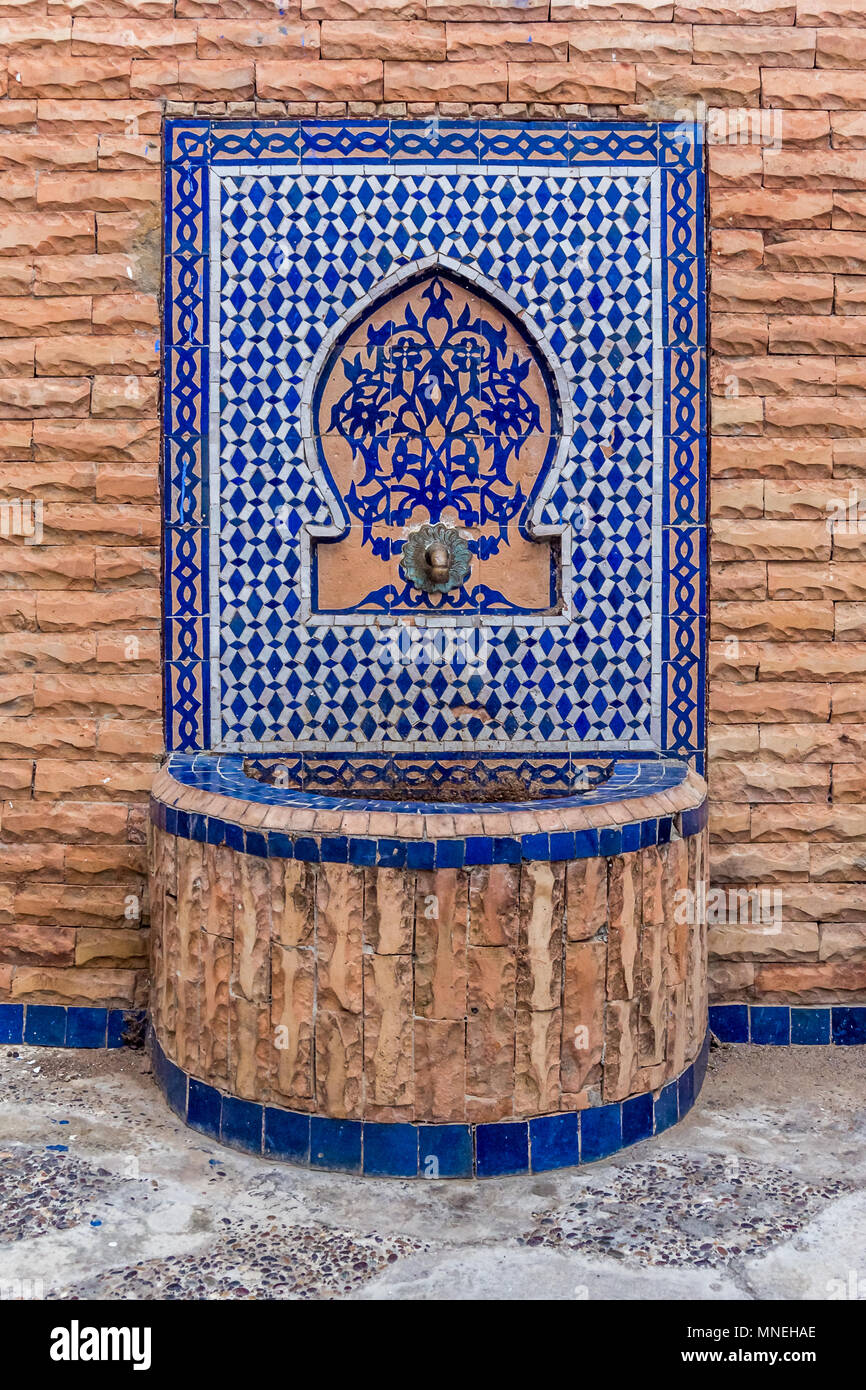 Schöne Brunnen mit marokkanischen Fliesen dekoriert Stockfoto