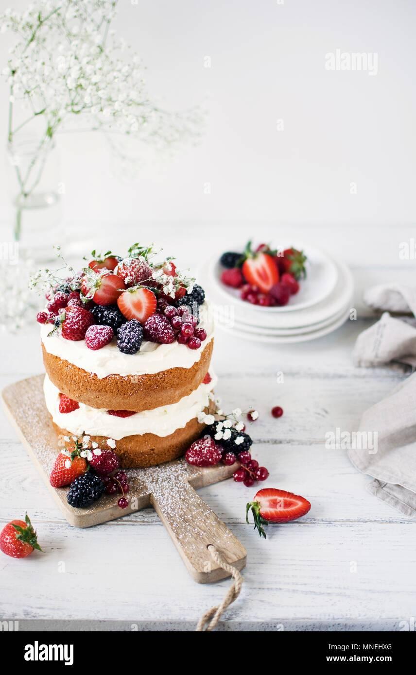 Mittsommer Schicht Kuchen mit Schlagsahne und Beeren Stockbild