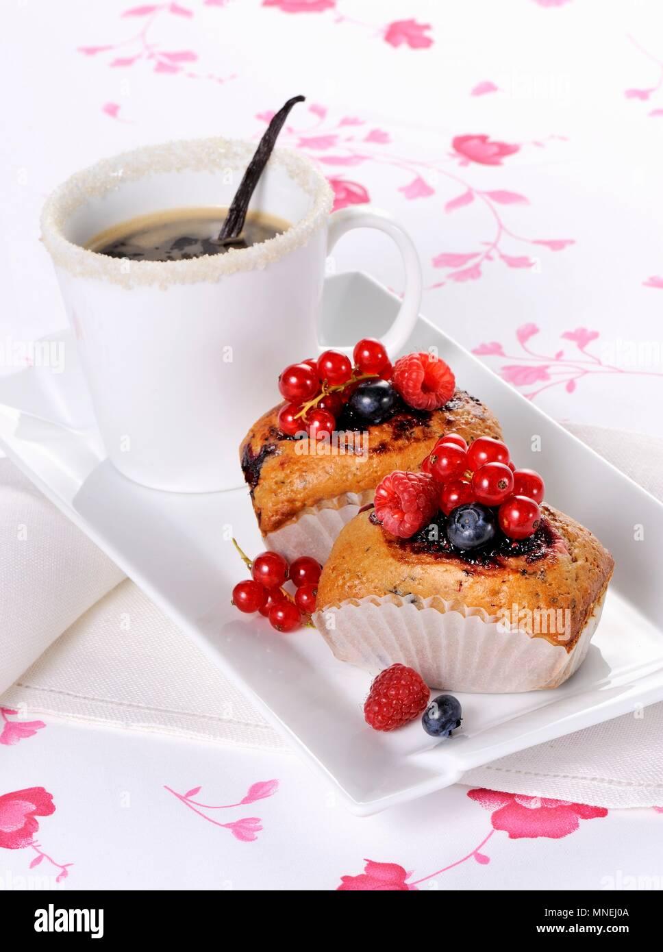 Kleine Beere Kuchen und Kaffee Stockfoto