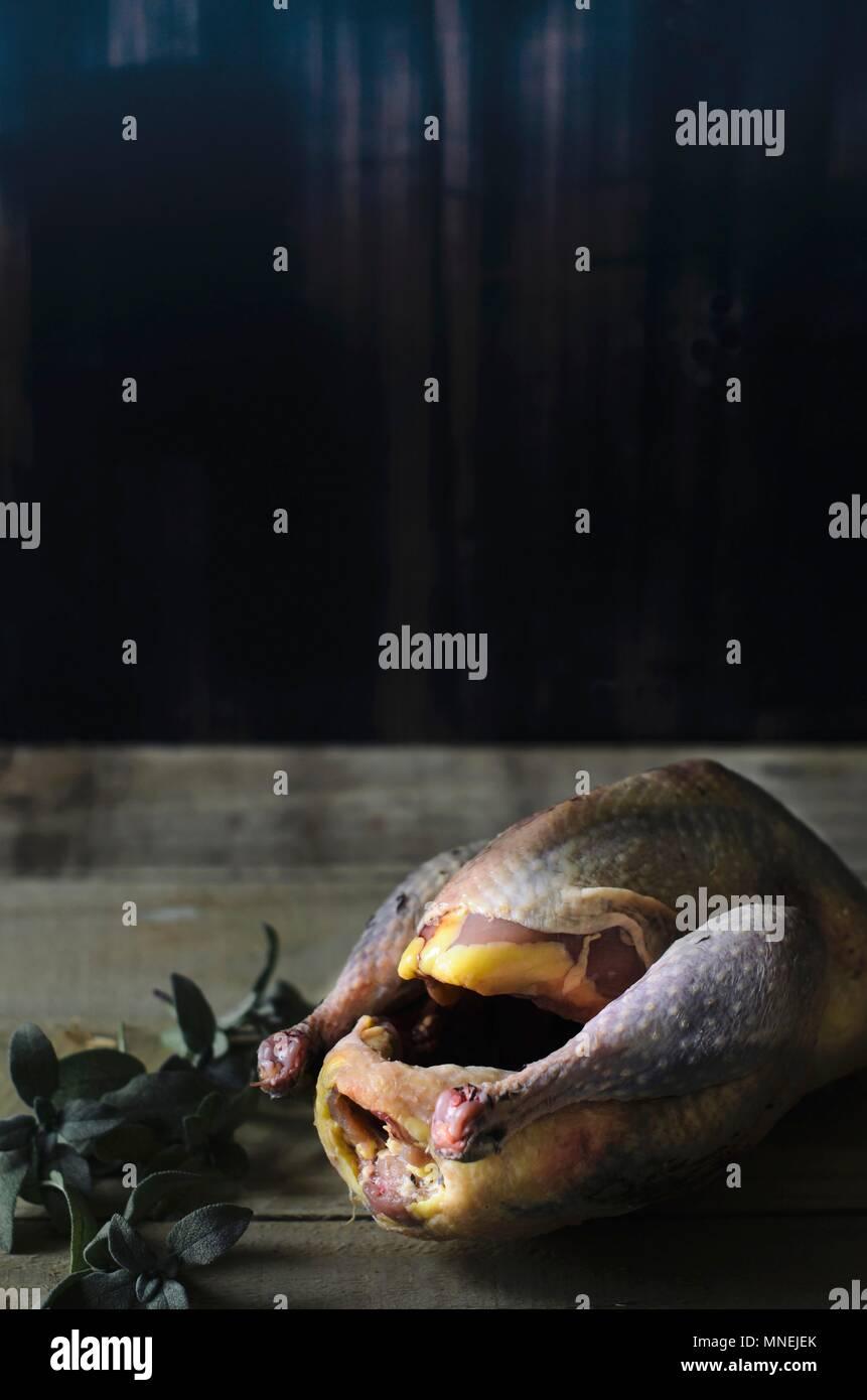 Raw Fasan auf einem Holztisch Stockbild