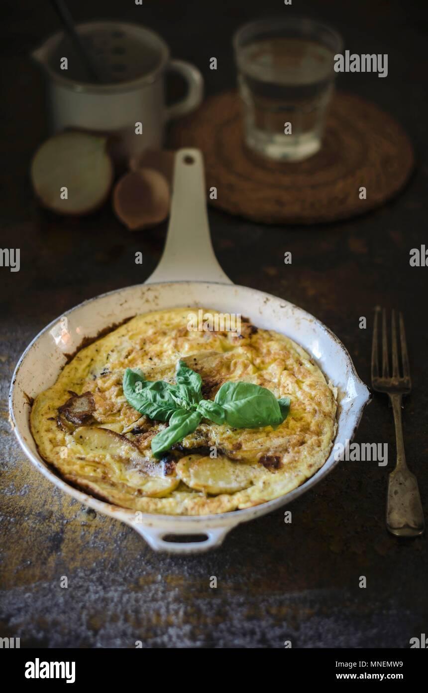 Spanische Omelette mit Kartoffeln in einer Pfanne Stockbild