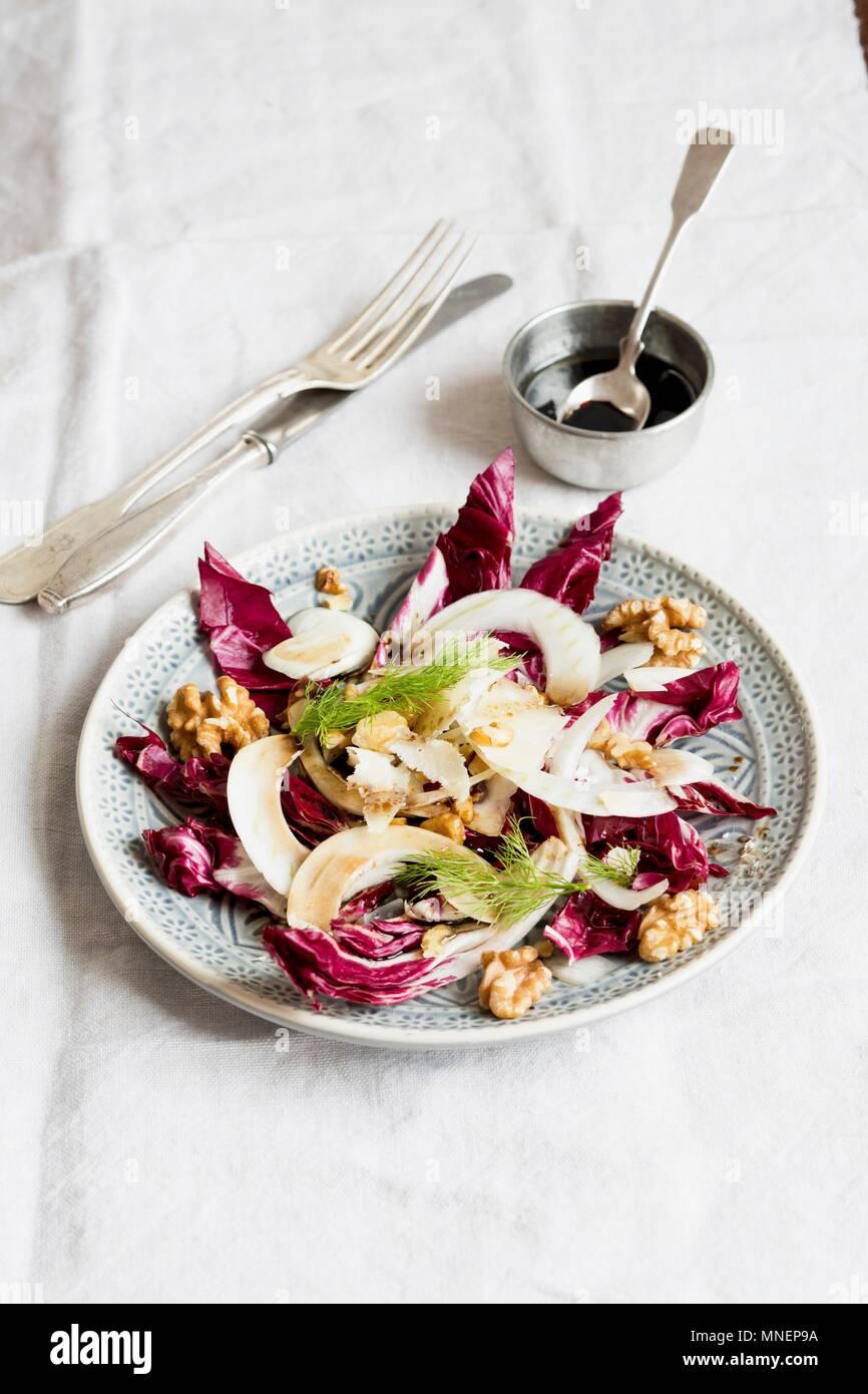 Radicchio und Fenchel Salat mit Walnüssen Stockbild