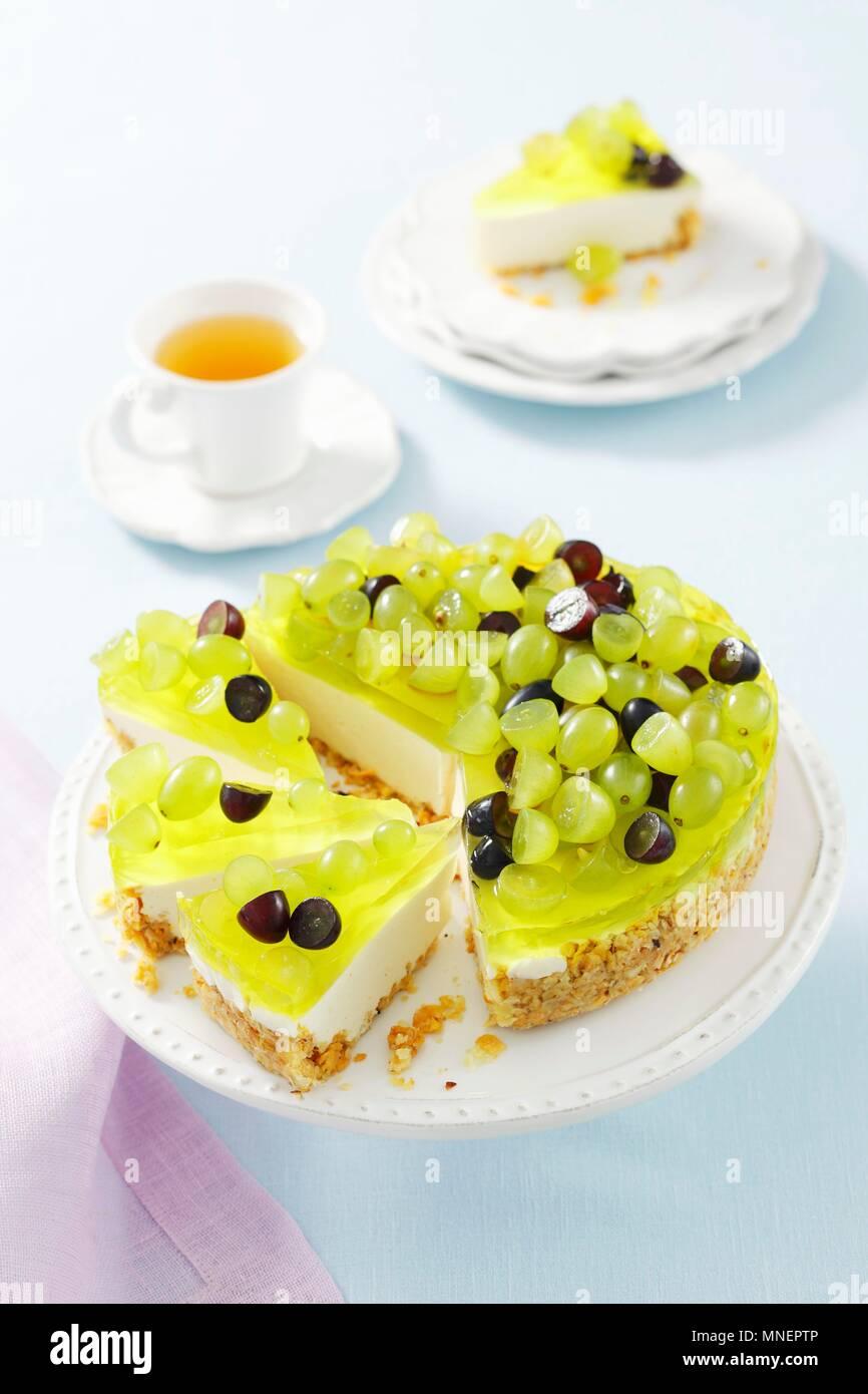 Joghurt Torte mit Gelee und Trauben Stockbild