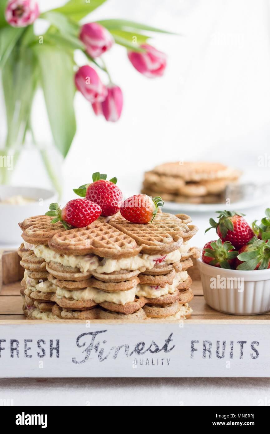 Eine Waffel Kuchen mit eierlikör Sahne und Erdbeeren Stockbild