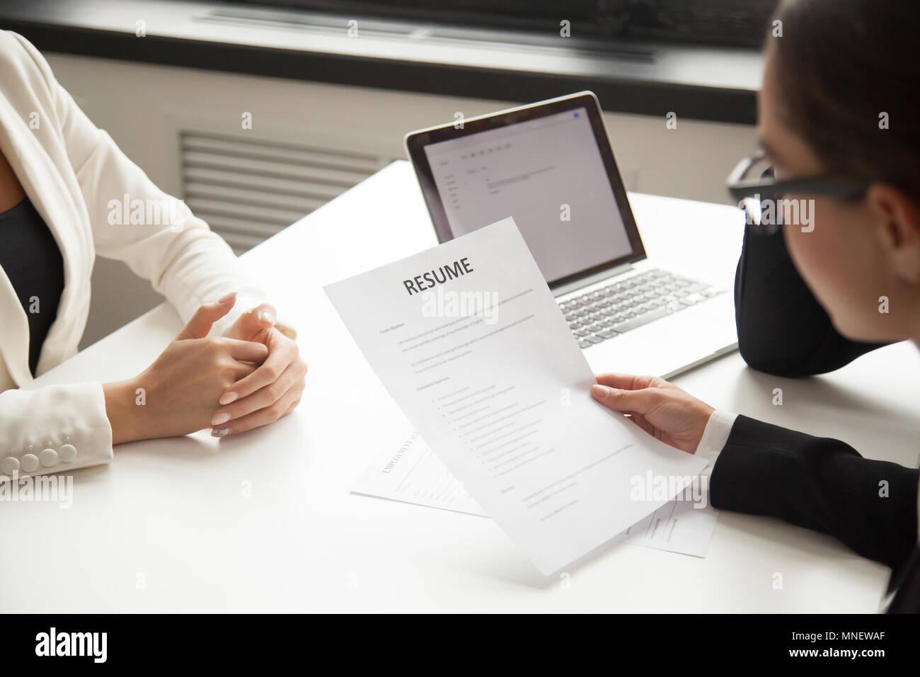 Vertreter des Unternehmens lesen Antragsteller Lebenslauf bei der Einstellung Stockbild