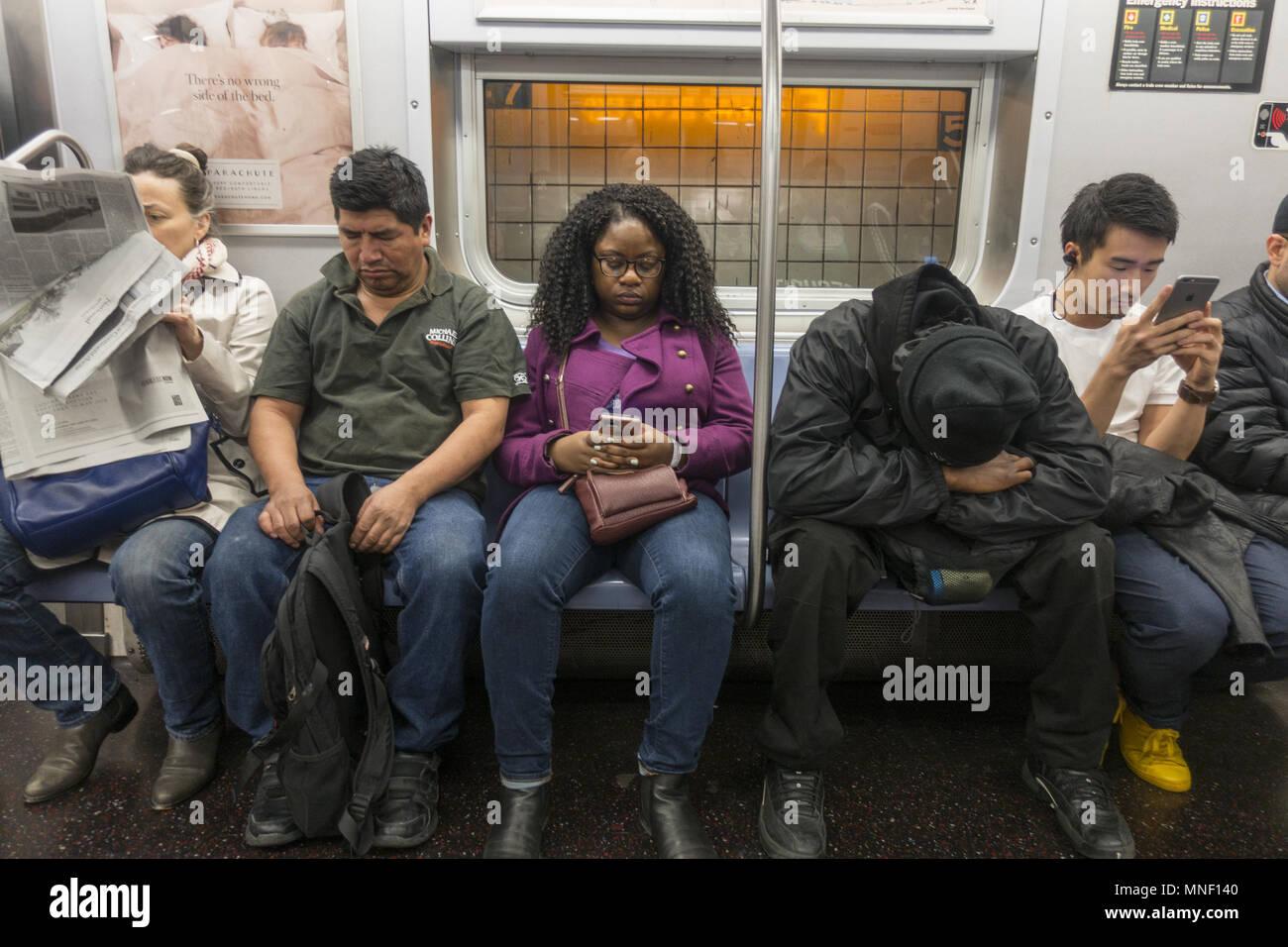 Sitting On A Subway Train New York Stockfotos Sitting On A Subway